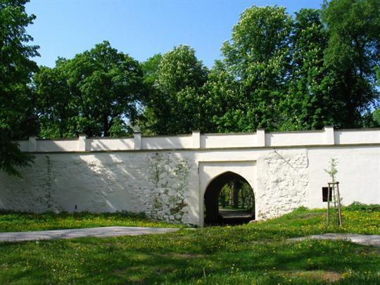 Černá brána v zámeckém parku